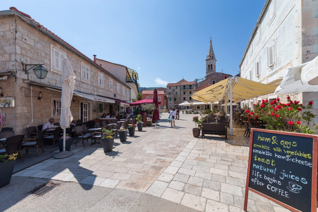 Jelsa / tranquil small town with beautiful views, stunning surrounding nature and a relaxed pace of life. Small charming square is the perfect place to have a drink and soak up the local island atmosphere.