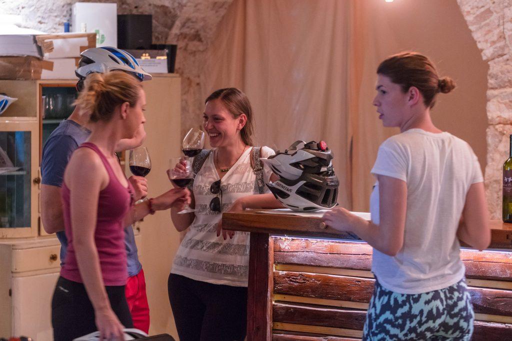 Za sve ljubitelje vina; kombinacija biciklizma uz posjet brojnim hvarskim vinarijama je idealna prilika pri upoznavanju Hvara-otoka priznatih vinara.